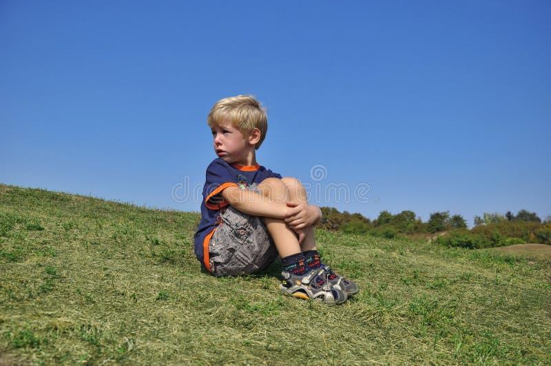 детеныши мальчика плача стоковое изображение