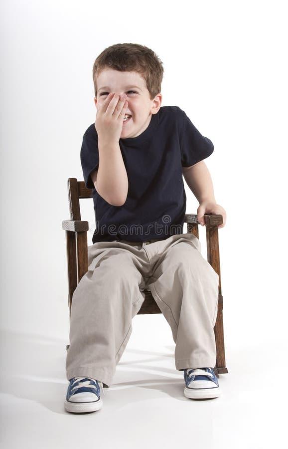 детеныши мальчика смеясь над стоковое фото