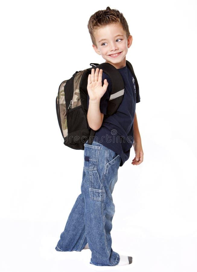 детеныши мальчика backpack стоковая фотография