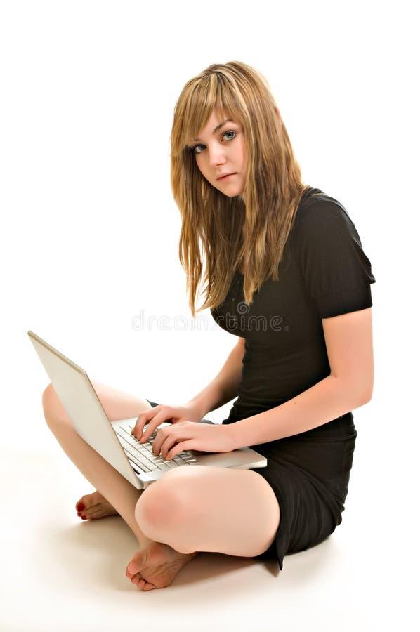 детеныши милой женщины компьтер-книжки работая стоковая фотография rf