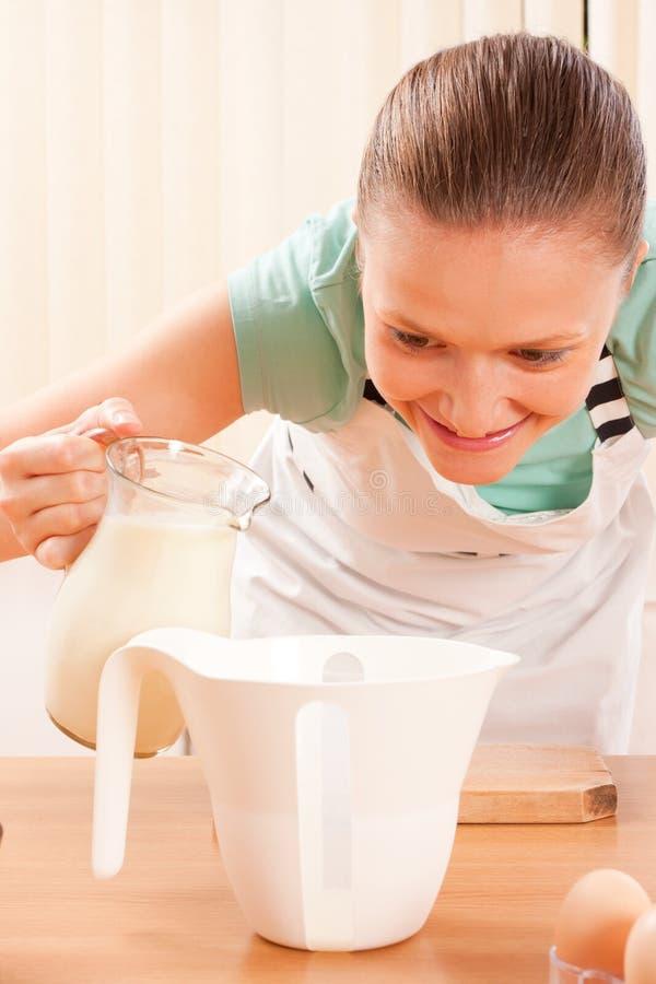 детеныши молока кашевара стоковое изображение rf