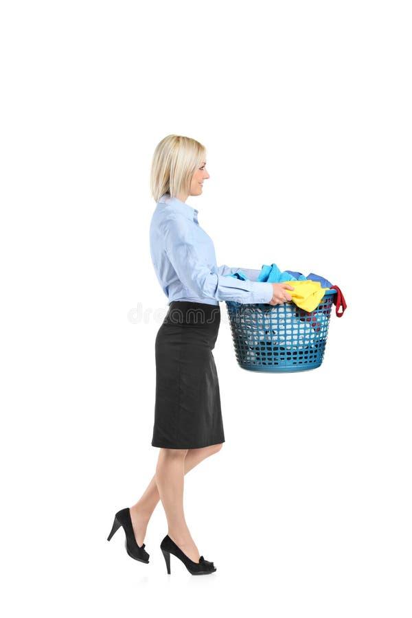 детеныши нося женщины прачечного корзины стоковое изображение