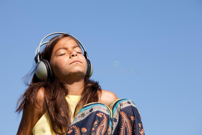 детеныши нот ребенка слушая стоковое фото rf
