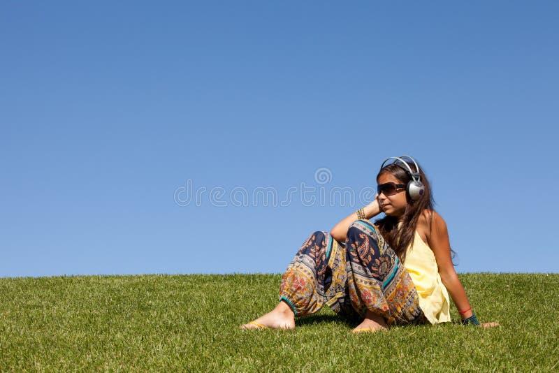 детеныши нот ребенка слушая стоковое изображение rf