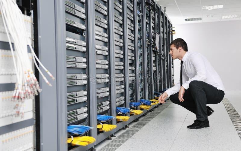 Детеныши оно инженер в комнате сервера datacenter стоковые фотографии rf
