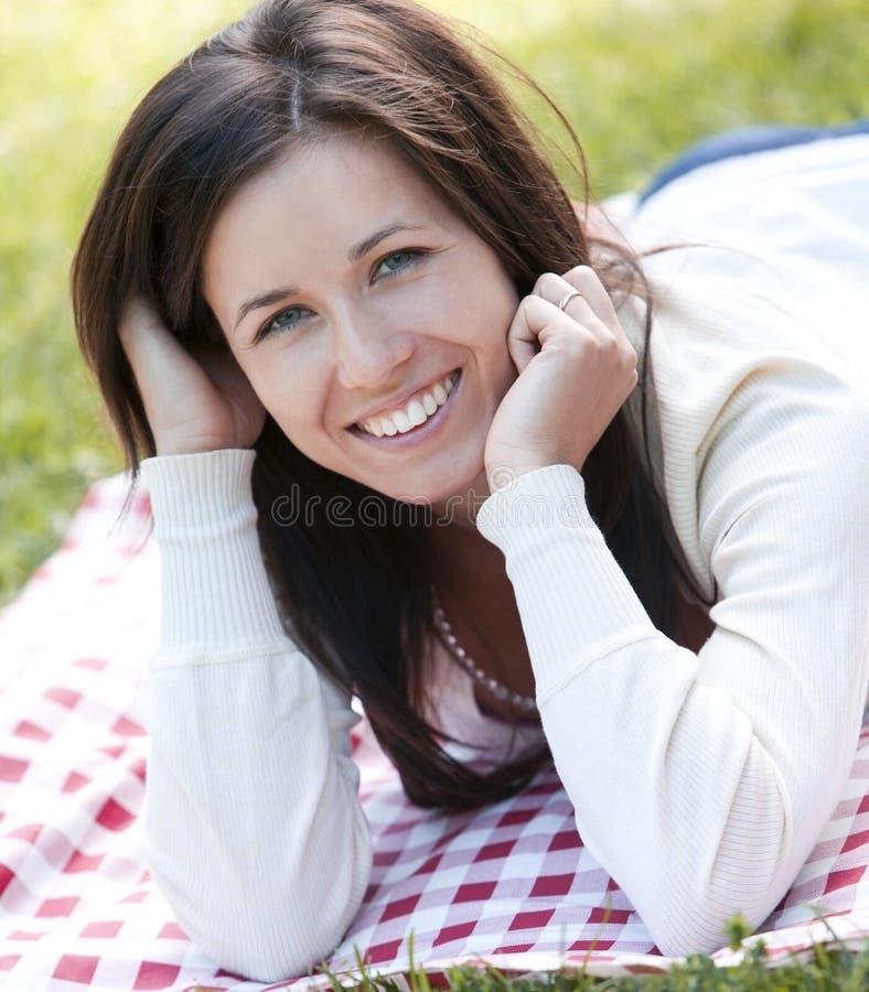 детеныши парка девушки счастливые стоковое изображение