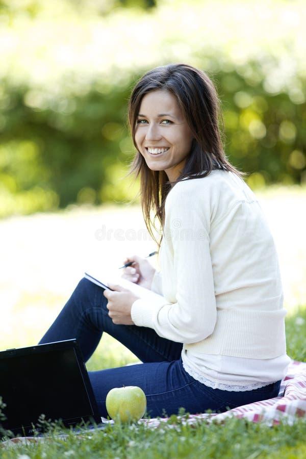 детеныши парка девушки счастливые стоковые фото