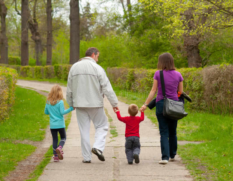 детеныши парка семьи гуляя стоковое фото