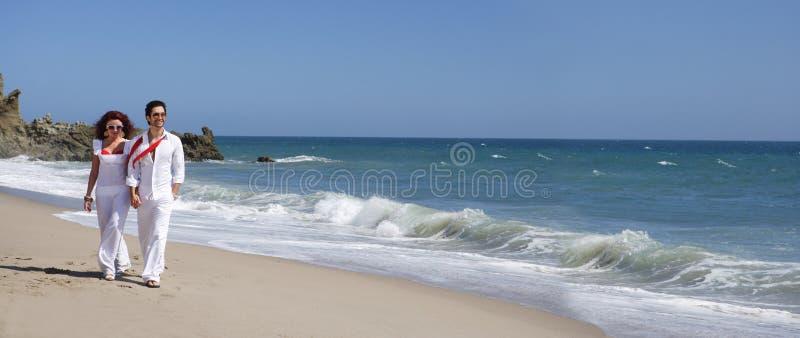 детеныши пар пляжа гуляя стоковые изображения rf