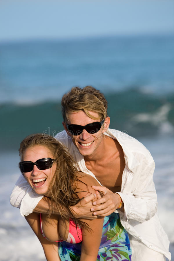 детеныши пар пляжа счастливые стоковое изображение rf