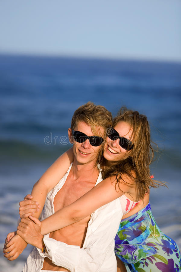 детеныши пар пляжа счастливые стоковое фото rf