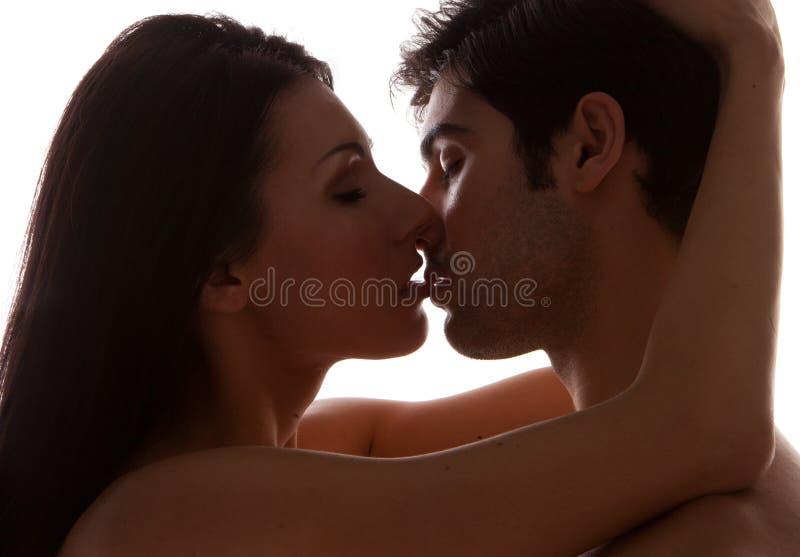 детеныши пар целуя романтичные стоковое фото