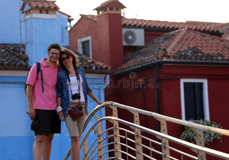Детеныши поженились пары посещая остров Burano около Венеции стоковые изображения