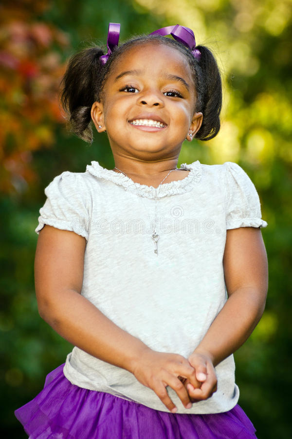 детеныши портрета девушки афроамериканца стоковые фото
