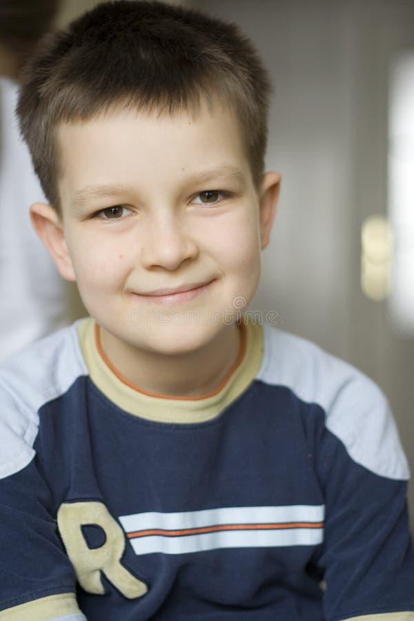 Download детеныши портрета мальчика стоковое изображение. изображение насчитывающей усмехаться - 495691