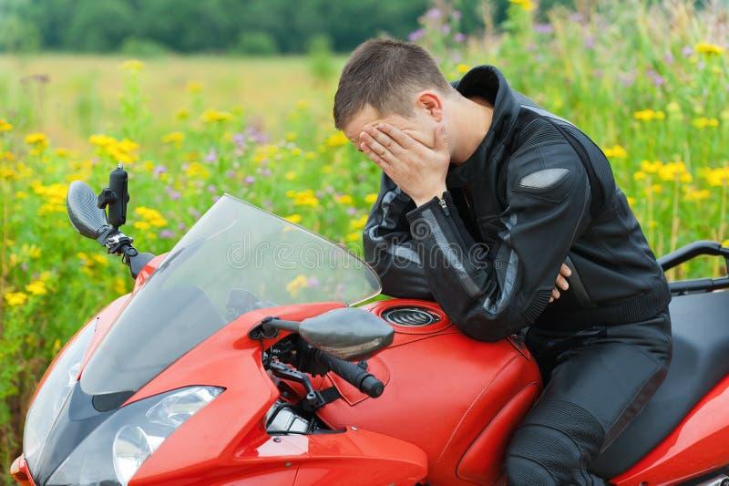 детеныши портрета motorcyclist человека стоковое фото rf