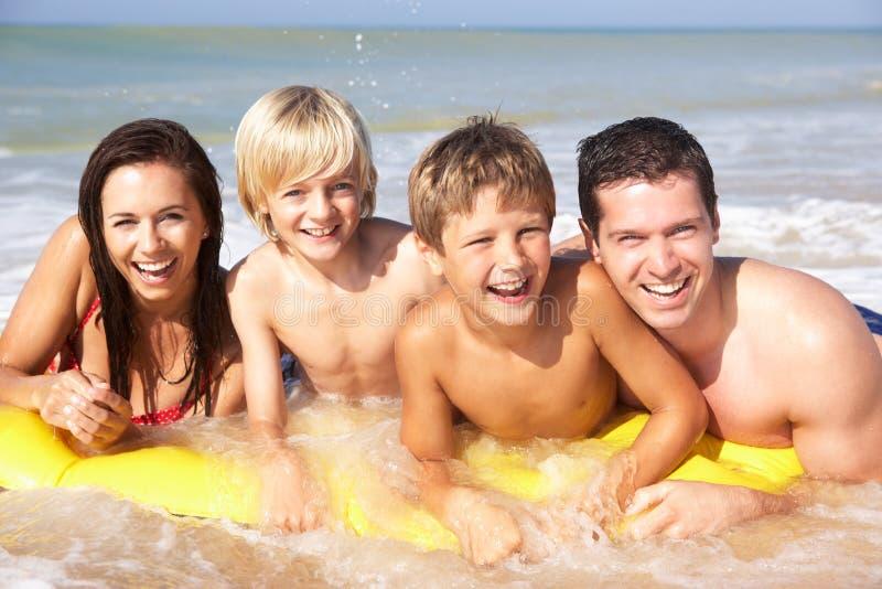 детеныши представления семьи пляжа стоковая фотография rf