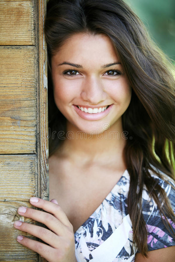 детеныши привлекательной девушки счастливые стоковые фотографии rf