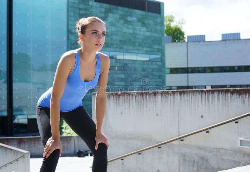 Детеныши, пригонка и sporty женщина подготавливая для городской jogging Фитнес, спорт и здоровая концепция образа жизни стоковое изображение rf