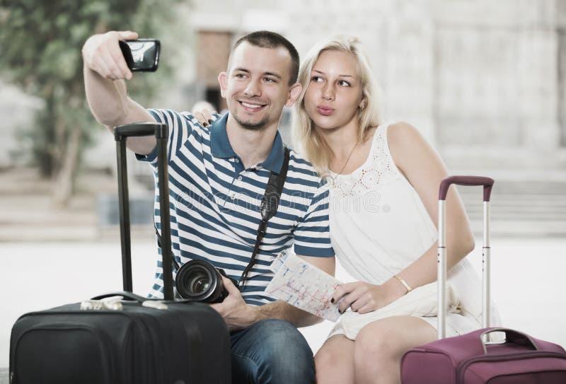 Детеныши путешествуя пары принимая selfie стоковое фото