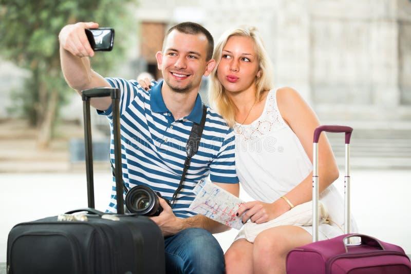Детеныши путешествуя пары принимая selfie стоковое изображение rf