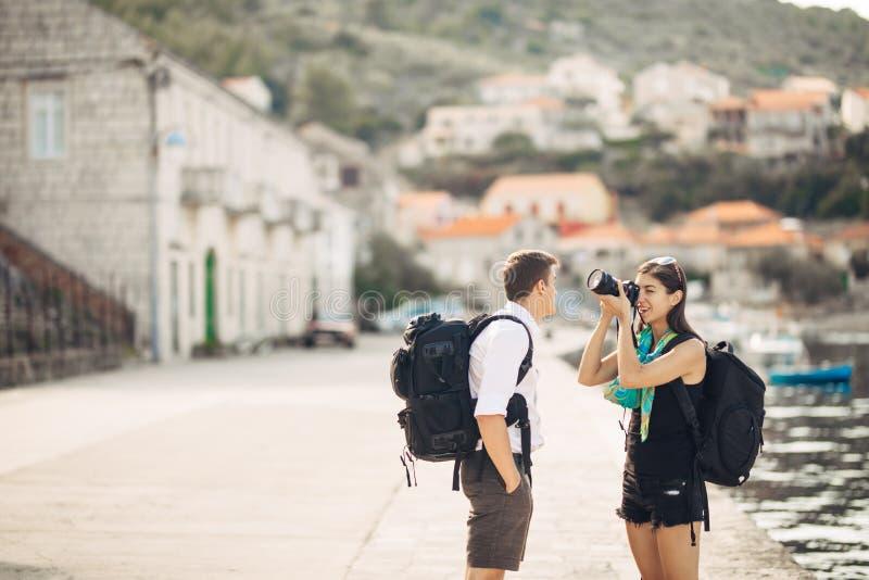 Детеныши работать фотографы наслаждаясь путешествовать и укладывать рюкзак photojournalism Репортажно-документальные фото перемещ стоковые изображения rf