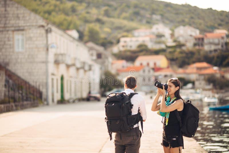 Детеныши работать фотографы наслаждаясь путешествовать и укладывать рюкзак photojournalism Репортажно-документальные фото перемещ стоковое фото