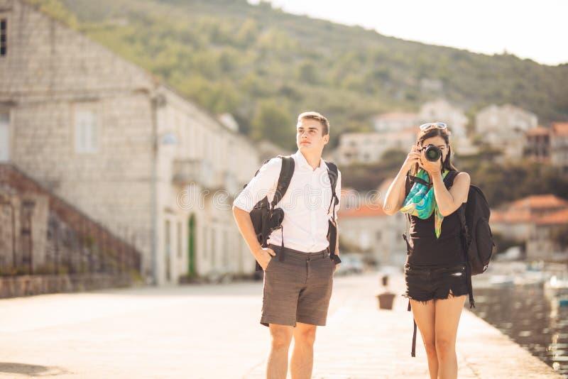 Детеныши работать фотографы наслаждаясь путешествовать и укладывать рюкзак photojournalism Репортажно-документальные фото перемещ стоковая фотография rf