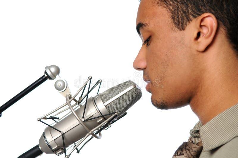 детеныши сбора винограда петь микрофона человека стоковые изображения rf