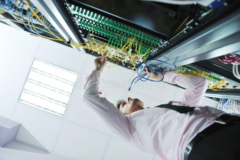 детеныши сервера комнаты инженера datacenter стоковые изображения