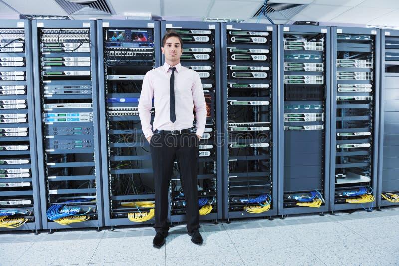 детеныши сервера комнаты инженера datacenter стоковая фотография
