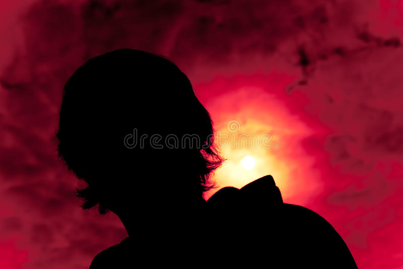 детеныши силуэта человека стоковая фотография rf