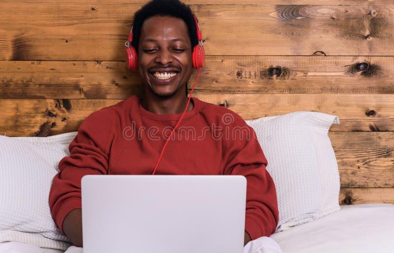 детеныши спать человека кровати стоковые изображения rf