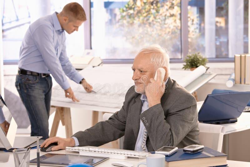 детеныши старшия бизнесмена архитектора работая стоковая фотография rf