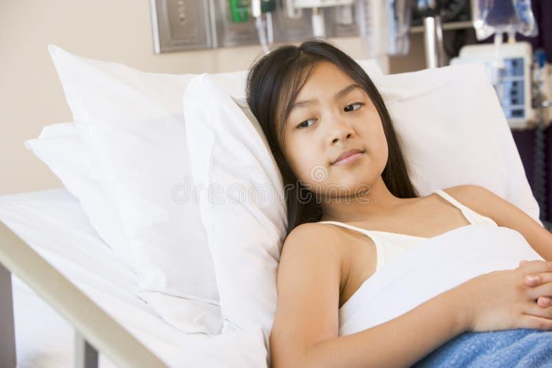 детеныши стационара девушки кровати лежа стоковые изображения