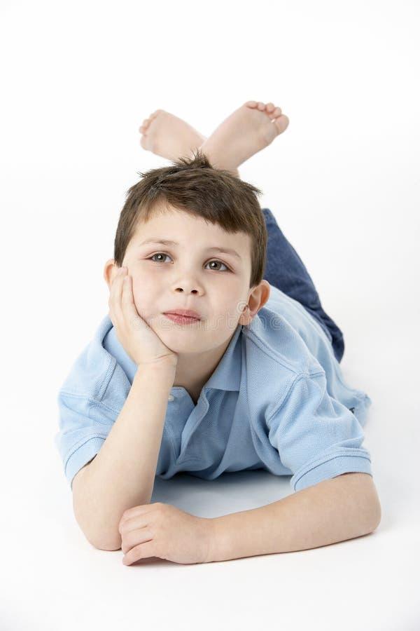 детеныши студии живота мальчика лежа стоковые изображения rf