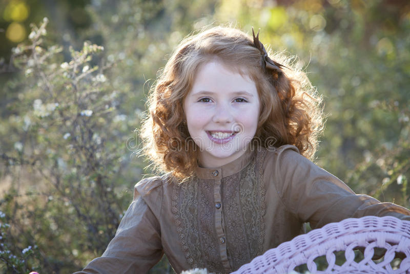 детеныши с волосами outdoors девушки красные стоковое изображение rf