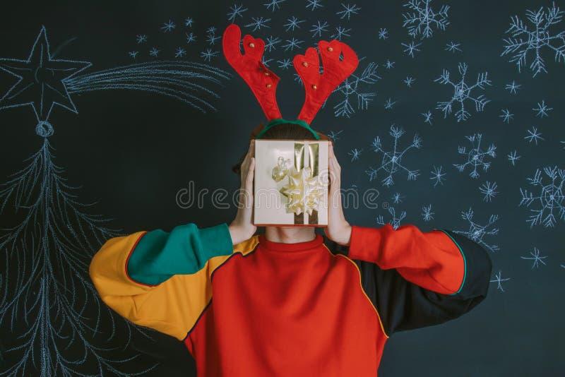 Детеныши с подарком рождества стоковое изображение