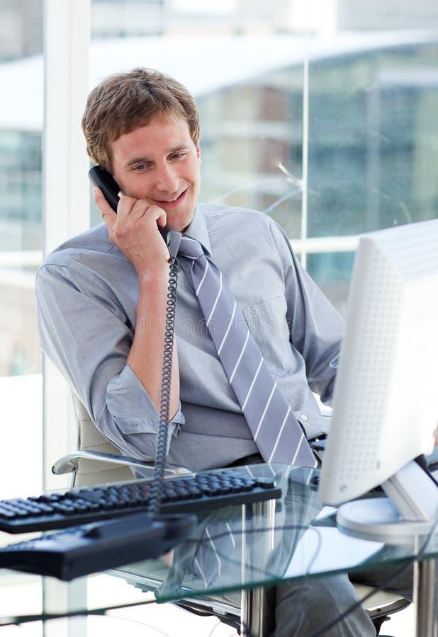 детеныши телефона бизнесмена говоря стоковое изображение rf