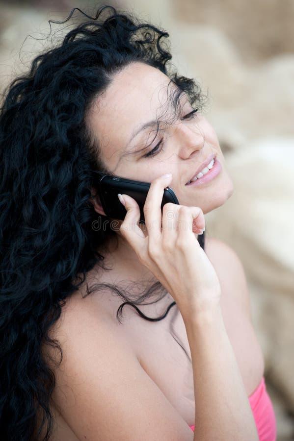 детеныши телефона девушки стоковые фотографии rf
