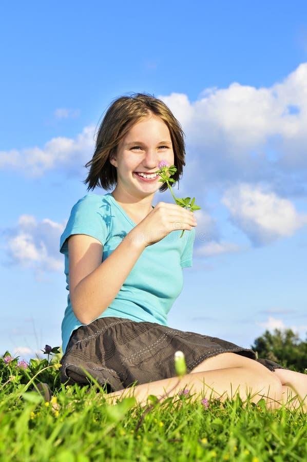 детеныши травы девушки сидя стоковые изображения