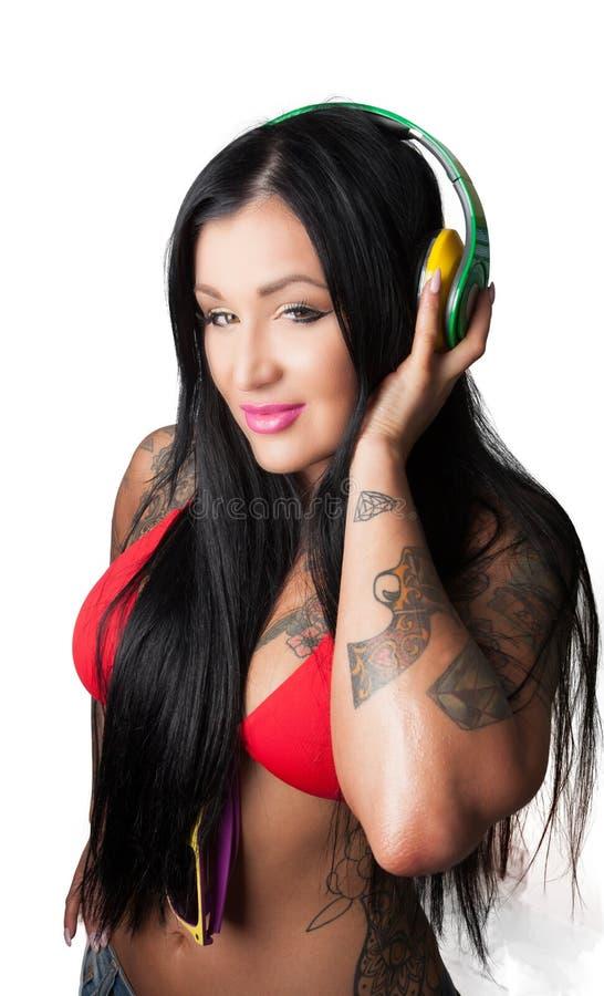 Детеныши тяжело татуировали женщину слушая к голове стиля DJ стоковая фотография rf