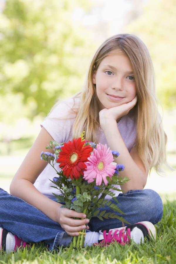 детеныши удерживания девушки цветков стоковые фото