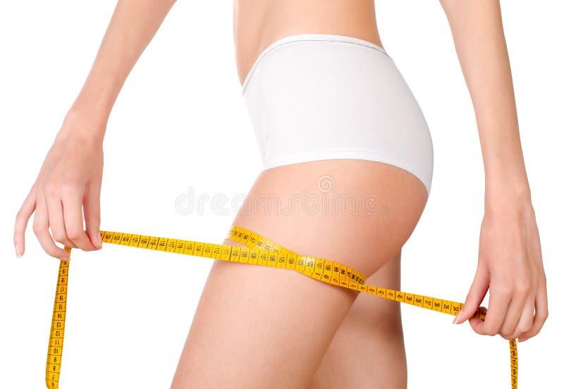 Детеныши уменьшают женское измеряя widt бедренной кости стоковое фото