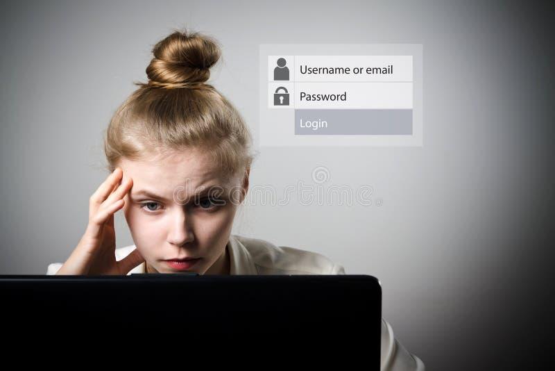 Детеныши уменьшают женщину с компьтер-книжкой Забыл концепцию пароля стоковые изображения