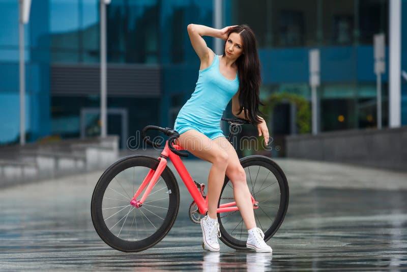 Детеныши уменьшают сексуальную sportive женщину на велосипеде стоковая фотография rf