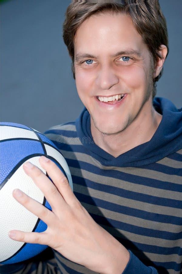 детеныши человека удерживания баскетбола стоковое изображение