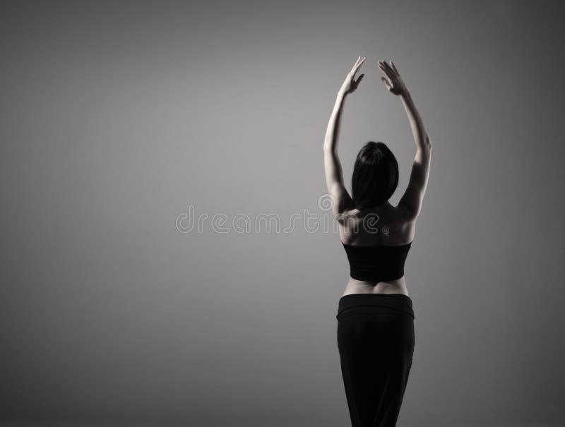 детеныши черного танцора одежд брюнет подходящие стоковая фотография