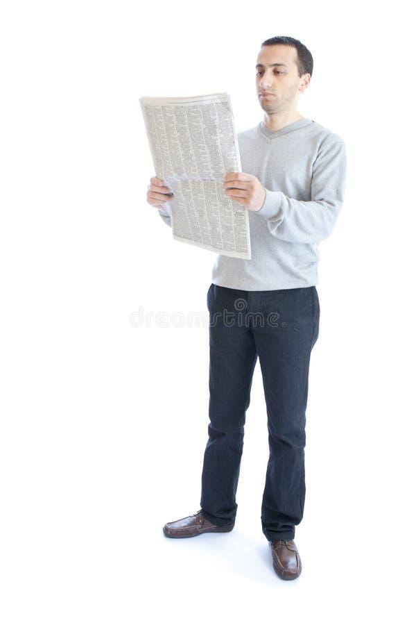детеныши чтения газеты человека стоковые изображения