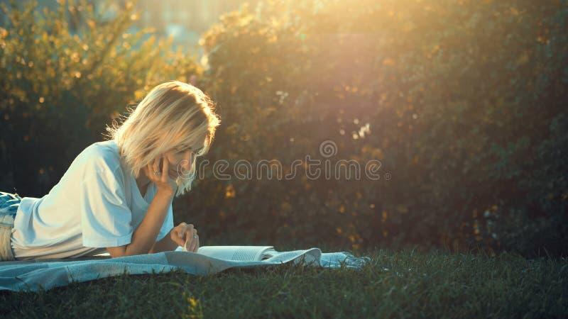 детеныши чтения девушки книги стоковые изображения rf